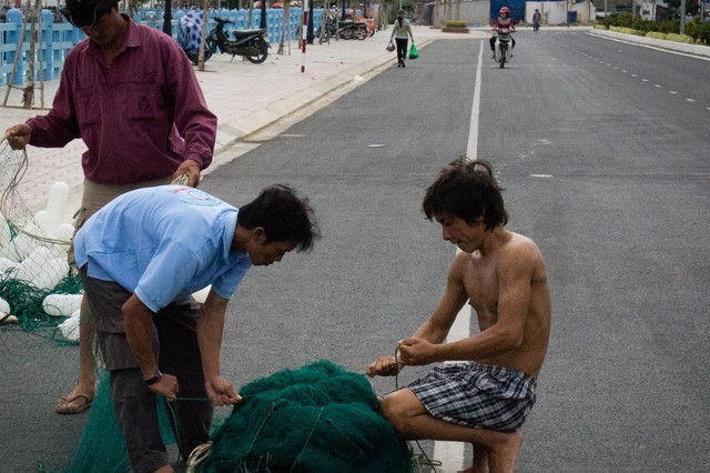 Nha Trang Fisherman preparing new fishing nets
